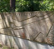Pierre du mémorale à l'entrée de Treblinka